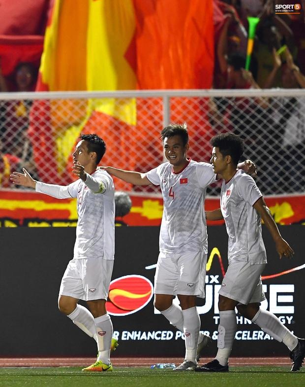 Đội trưởng Đỗ Hùng Dũng ăn mừng ấn tượng khi ghi bàn vào lưới Indonesia - Ảnh 5.