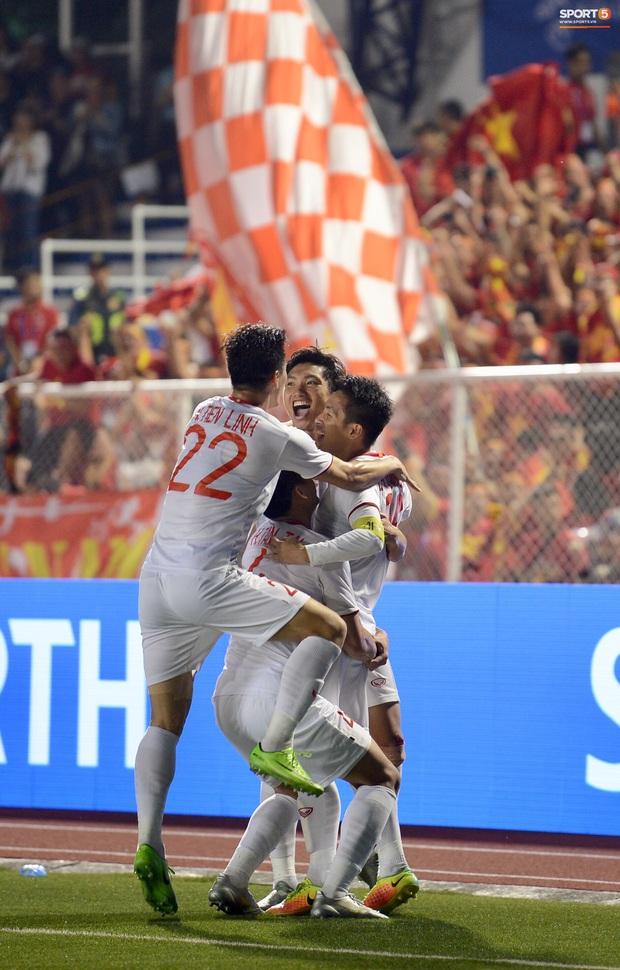 Đội trưởng Đỗ Hùng Dũng ăn mừng ấn tượng khi ghi bàn vào lưới Indonesia - Ảnh 4.