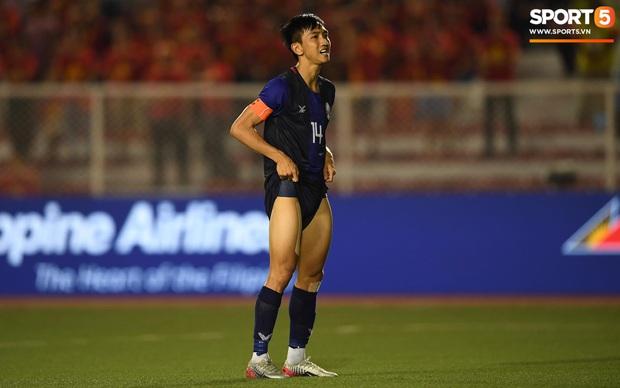 Đá hỏng luân lưu 11 mét khiến Campuchia mất HCĐ SEA Games 30, cầu thủ gốc Việt suy sụp, gục xuống sân khóc như mưa - Ảnh 2.