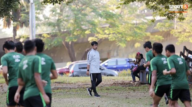 U22 Indonesia tập thể dục ở công viên, sinh hoạt khác biệt U22 Việt Nam vào sáng ngày diễn ra chung kết SEA Games 30 - Ảnh 7.