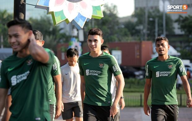 U22 Indonesia tập thể dục ở công viên, sinh hoạt khác biệt U22 Việt Nam vào sáng ngày diễn ra chung kết SEA Games 30 - Ảnh 4.