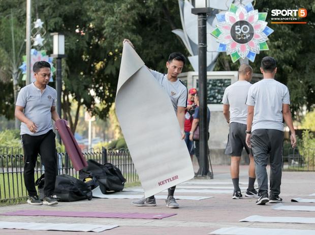 U22 Indonesia tập thể dục ở công viên, sinh hoạt khác biệt U22 Việt Nam vào sáng ngày diễn ra chung kết SEA Games 30 - Ảnh 8.
