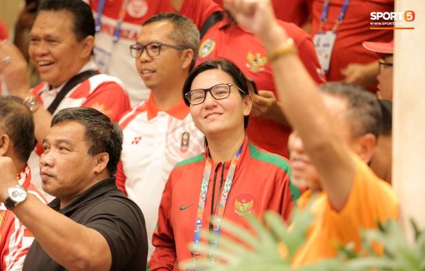 Tổng thư ký xinh đẹp bật khóc khi tiễn U22 Indonesia đến SVĐ, quyết thắng trận chung kết SEA Games 30 với Việt Nam - Ảnh 2.