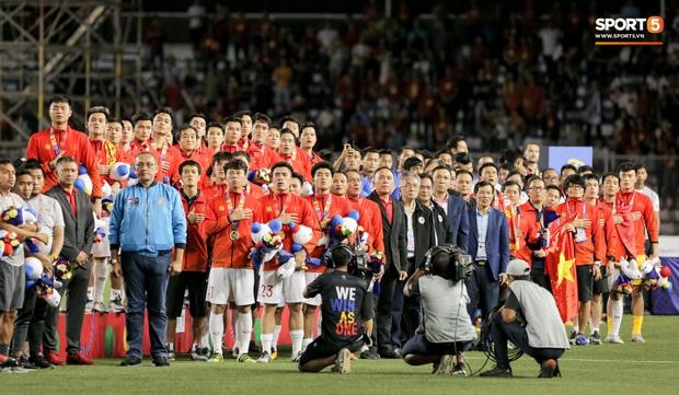 U22 Việt Nam vô địch SEA Games, fan hâm mộ không quên cảm ơn bầu Đức khi thấy ông lặng theo dõi trận chung kết qua tivi - Ảnh 2.