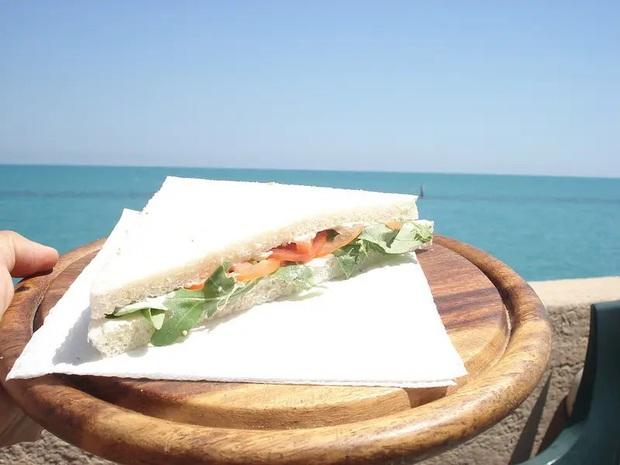 Những phiên bản bánh mì sandwich vòng quanh thế giới có thể khiến bạn phải ngỡ ngàng, có nơi còn cực kỳ khó ăn - Ảnh 5.