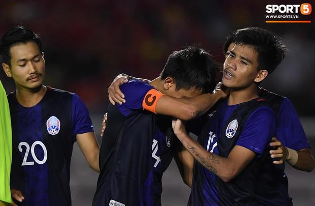 Đá hỏng luân lưu 11 mét khiến Campuchia mất HCĐ SEA Games 30, cầu thủ gốc Việt suy sụp, gục xuống sân khóc như mưa - Ảnh 5.