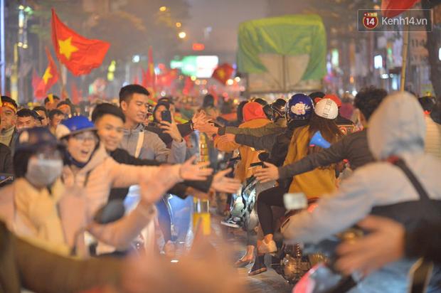 Sóng đỏ cuồn cuộn trên đường phố Hà Nội, lại một đêm người dân không ngủ mừng chiến thắng lịch sử của bóng đá Việt Nam - Ảnh 4.