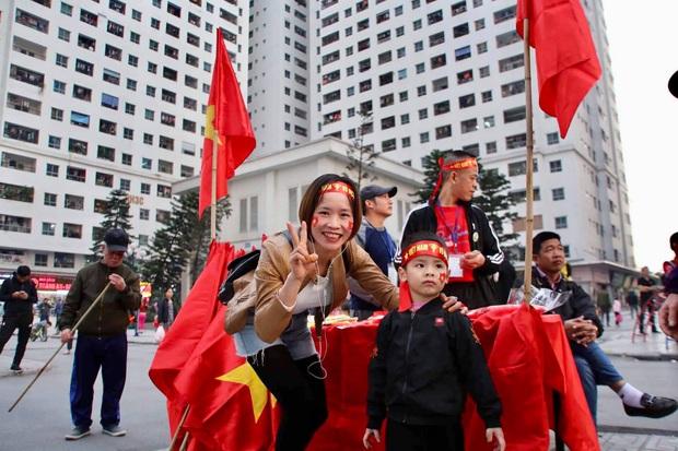 Cư dân HH Linh Đàm mua xôi gấc, luộc gà thắp hương cầu may cho U22 Việt Nam trong trận chung kết gặp Indonesia - Ảnh 4.