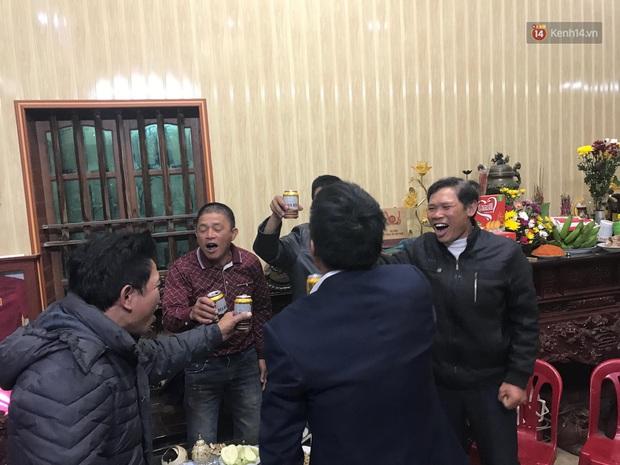 Khoảnh khắc ăn mừng ngay tại căn nhà nhỏ ở quê của Văn Hậu: Bố sung sướng khi con trai mở tỷ số, hàng xóm nhảy nhót tưng bừng - Ảnh 3.