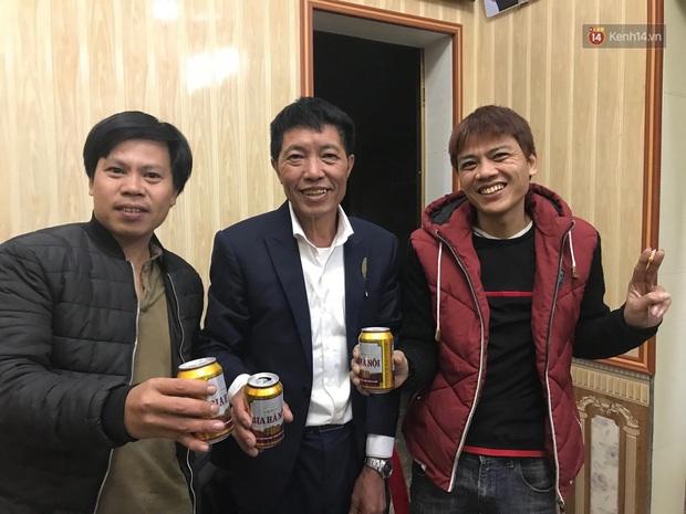Khoảnh khắc ăn mừng ngay tại căn nhà nhỏ ở quê của Văn Hậu: Bố sung sướng khi con trai mở tỷ số, hàng xóm nhảy nhót tưng bừng - Ảnh 6.