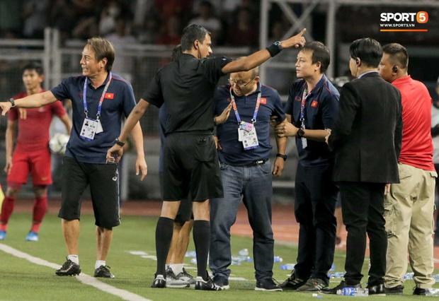 HLV Park Hang-seo giận tím người, nhận thẻ đỏ trong trận chung kết SEA Games 30 sau màn cãi tay đôi cực gắt với trọng tài - Ảnh 13.