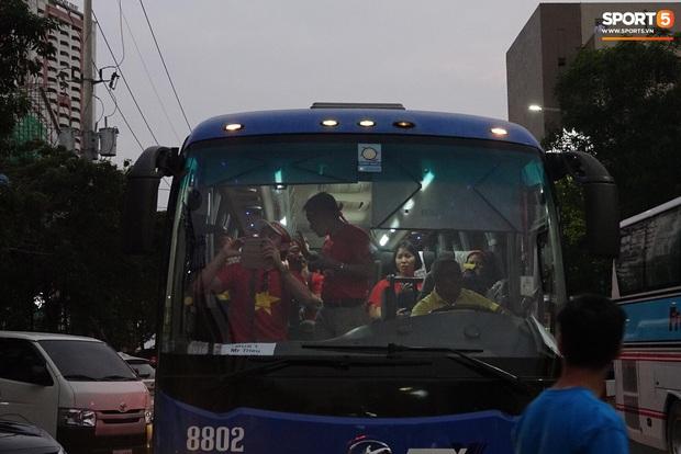 Đội tuyển U22 Việt Nam đã có mặt tại sân, sẵn sàng chinh phục tấm HCV SEA Games - Ảnh 11.