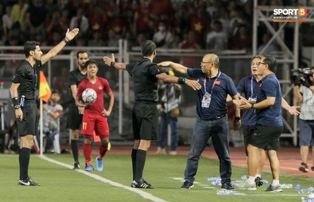 HLV Park Hang-seo giận tím người, nhận thẻ đỏ trong trận chung kết SEA Games 30 sau màn cãi tay đôi cực gắt với trọng tài - Ảnh 12.