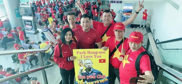 Phương Thanh, Lý Hùng và hàng trăm CĐV nhuộm đỏ sân bay, sang Philippines cổ vũ U22 Việt Nam thi chung kết SEA Games 30 - Ảnh 4.