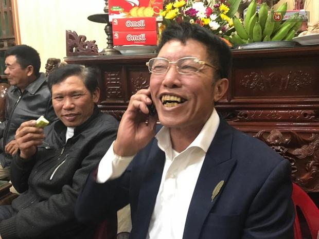 Khoảnh khắc ăn mừng ngay tại căn nhà nhỏ ở quê của Văn Hậu: Bố sung sướng khi con trai mở tỷ số, hàng xóm nhảy nhót tưng bừng - Ảnh 4.