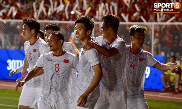 Loạt khoảnh khắc cực phẩm của Văn Hậu trong trận chung kết SEA games: Đổ gục vì nụ cười này! - Ảnh 4.