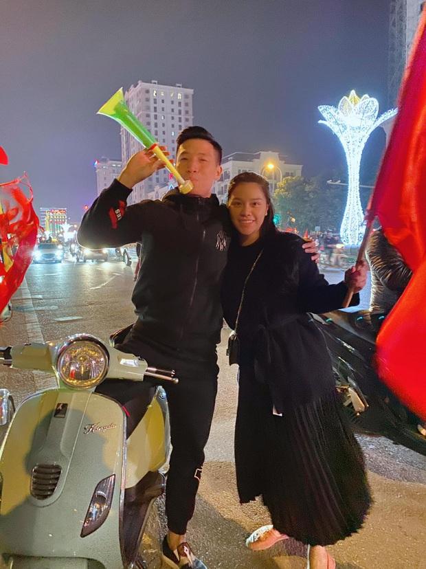 Vợ chồng Tiến Dũng - Khánh Linh cũng lao ra đường đi bão mừng Việt Nam vô địch, fan chỉ thắc mắc: Ai ở nhà trông con - Ảnh 2.