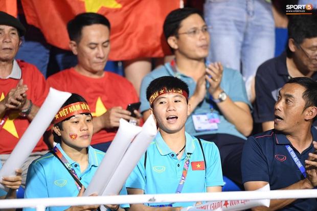 Hot girl sân cỏ Hoàng Thị Loan lại chiếm spotlight trên khán đài trận  chung kết Việt Nam đấu Indonesia - Ảnh 7.