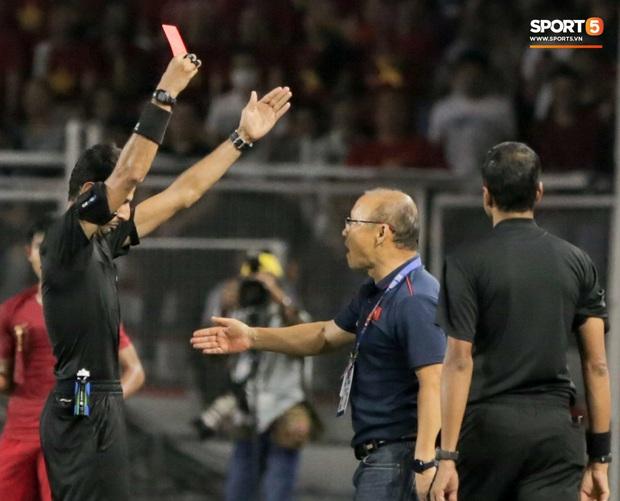 HLV Park Hang-seo giận tím người, nhận thẻ đỏ trong trận chung kết SEA Games 30 sau màn cãi tay đôi cực gắt với trọng tài - Ảnh 5.