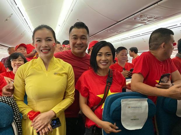 Phương Thanh, Lý Hùng và hàng trăm CĐV nhuộm đỏ sân bay, sang Philippines cổ vũ U22 Việt Nam thi chung kết SEA Games 30 - Ảnh 1.