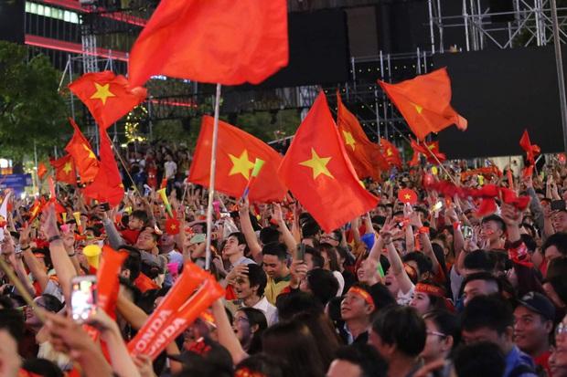 Bóng đá Việt Nam chính thức thỏa cơn khát vàng SEA Games, hàng triệu CĐV vui sướng tột độ đổ ra đường ăn mừng chiến thắng - Ảnh 2.