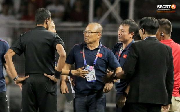 HLV Park Hang-seo giận tím người, nhận thẻ đỏ trong trận chung kết SEA Games 30 sau màn cãi tay đôi cực gắt với trọng tài - Ảnh 11.