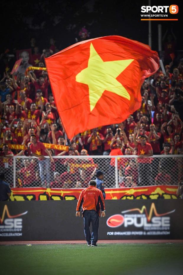 Hình ảnh xúc động nhất đêm nay: HLV Park Hang-seo đặt tay lên trái tim, giơ cờ Việt Nam ăn mừng vô địch SEA Games - Ảnh 7.