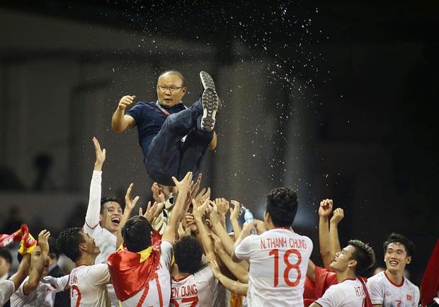 Đông Nhi, Kỳ Duyên cùng dàn sao Vbiz phát cuồng bởi hành động bảo vệ học trò và pha ăn mừng cực đáng yêu của HLV Park Hang-Seo! - Ảnh 10.