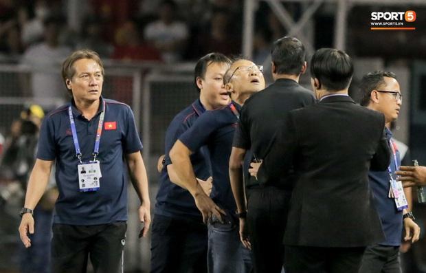 HLV Park Hang-seo giận tím người, nhận thẻ đỏ trong trận chung kết SEA Games 30 sau màn cãi tay đôi cực gắt với trọng tài - Ảnh 6.