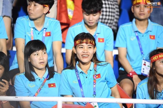 Hot girl sân cỏ Hoàng Thị Loan lại chiếm spotlight trên khán đài trận  chung kết Việt Nam đấu Indonesia - Ảnh 5.