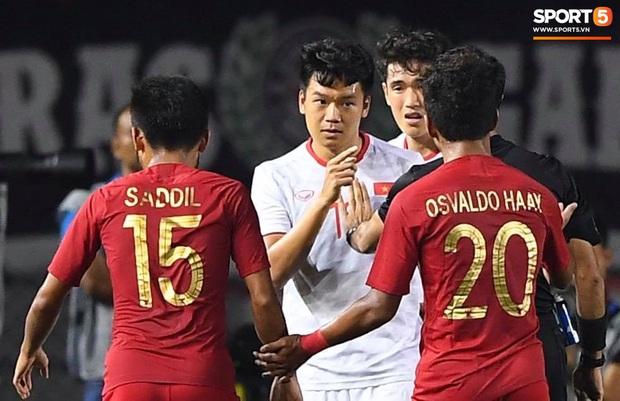 Cổ động viên Indonesia giơ ngón tay thối, hướng về phía ban huấn luyện của U22 Việt Nam khi thầy Park chỉ đạo - Ảnh 8.