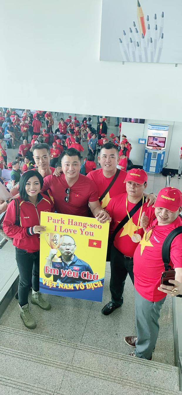 Phương Thanh, Lý Hùng và hàng trăm CĐV nhuộm đỏ sân bay, sang Philippines cổ vũ U22 Việt Nam thi chung kết SEA Games 30 - Ảnh 3.