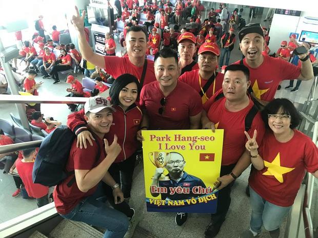 Phương Thanh, Lý Hùng và hàng trăm CĐV nhuộm đỏ sân bay, sang Philippines cổ vũ U22 Việt Nam thi chung kết SEA Games 30 - Ảnh 2.
