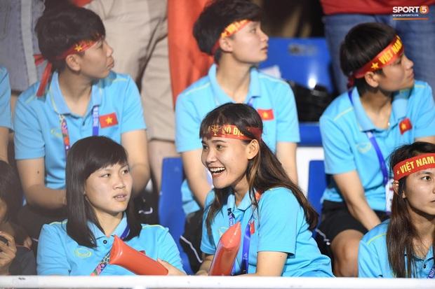 Hot girl sân cỏ Hoàng Thị Loan lại chiếm spotlight trên khán đài trận  chung kết Việt Nam đấu Indonesia - Ảnh 6.
