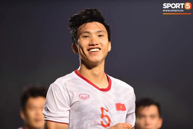Loạt khoảnh khắc cực phẩm của Văn Hậu trong trận chung kết SEA games: Đổ gục vì nụ cười này! - Ảnh 1.