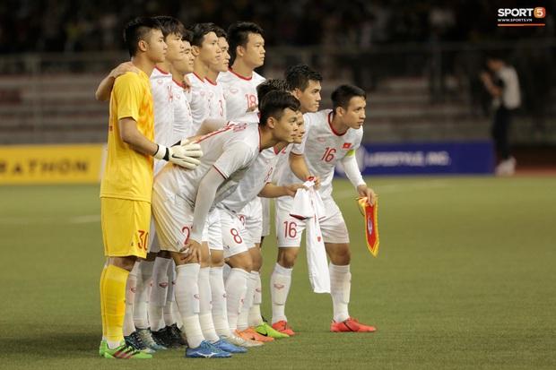 Mẹ thủ môn Văn Toản bật khóc khi nhìn con trai cùng U22 Việt Nam hát Quốc ca trong trận chung kết SEA Games 30 - Ảnh 1.