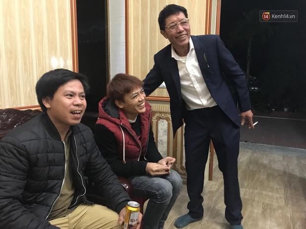 Khoảnh khắc ăn mừng ngay tại căn nhà nhỏ ở quê của Văn Hậu: Bố sung sướng khi con trai mở tỷ số, hàng xóm nhảy nhót tưng bừng - Ảnh 5.