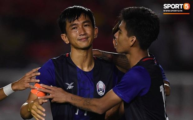 Đá hỏng luân lưu 11 mét khiến Campuchia mất HCĐ SEA Games 30, cầu thủ gốc Việt suy sụp, gục xuống sân khóc như mưa - Ảnh 4.