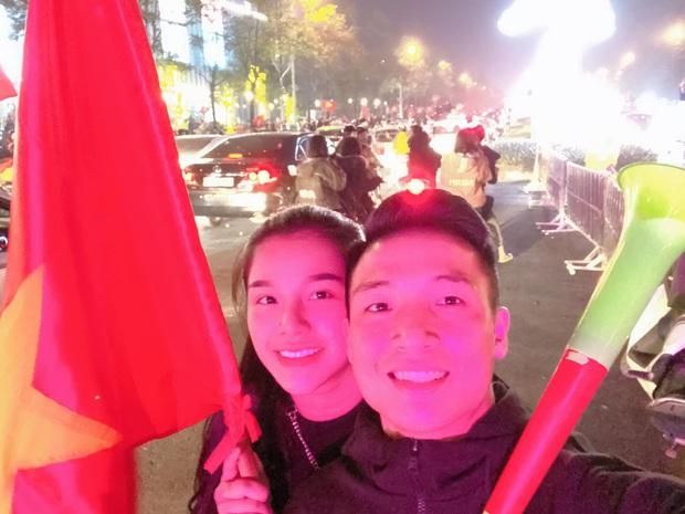 Vợ chồng Tiến Dũng - Khánh Linh cũng lao ra đường đi bão mừng Việt Nam vô địch, fan chỉ thắc mắc: Ai ở nhà trông con - Ảnh 1.