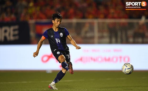 Đá hỏng luân lưu 11 mét khiến Campuchia mất HCĐ SEA Games 30, cầu thủ gốc Việt suy sụp, gục xuống sân khóc như mưa - Ảnh 1.
