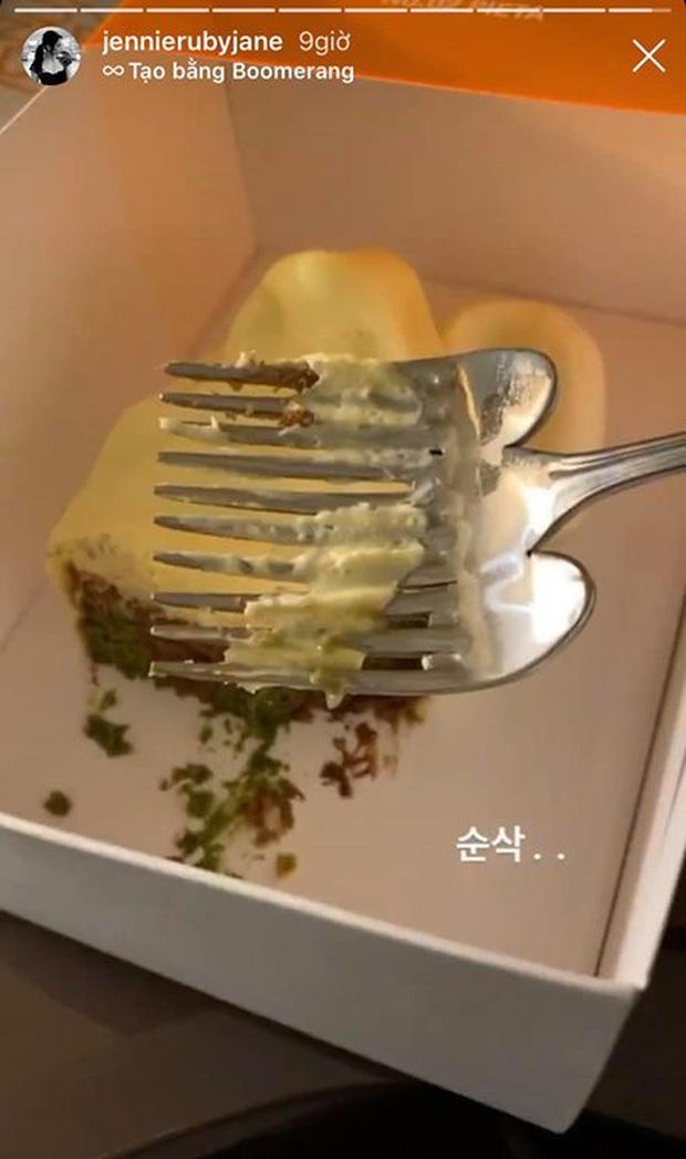 """Lần đầu thấy bánh hình… mặt người với chiếc dĩa """"kỳ dị"""", Jennie (BLACKPINK) bối rối tới mức hỏi: """"Cái này có ăn được không?"""" - Ảnh 5."""