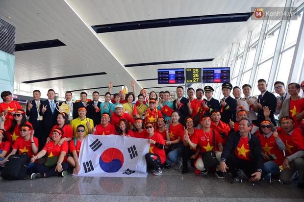 Hàng trăm CĐV nhuộm đỏ sân bay, lên đường sang Philippines tiếp lửa cho ĐT Việt Nam trong trận chung kết SEA Games 30 - Ảnh 10.