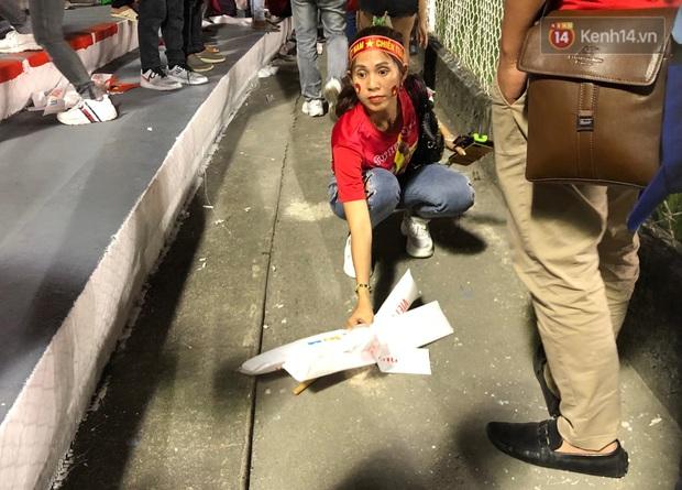 Hình ảnh đẹp: CĐV Việt Nam nán lại khán đài SVĐ Philippines để nhặt rác sau chiến thắng vàng của thầy trò HLV Park Hang Seo - Ảnh 7.