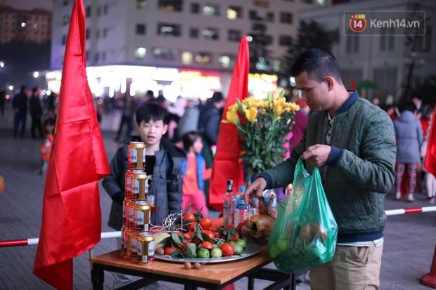 Cư dân HH Linh Đàm mua xôi gấc, luộc gà thắp hương cầu may cho U22 Việt Nam trong trận chung kết gặp Indonesia - Ảnh 1.