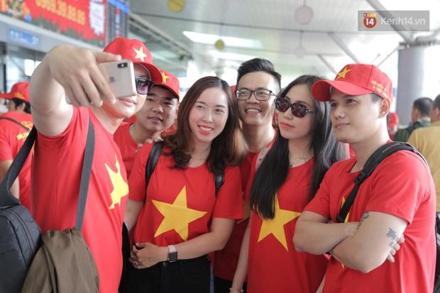 Hàng trăm CĐV nhuộm đỏ sân bay, lên đường sang Philippines tiếp lửa cho ĐT Việt Nam trong trận chung kết SEA Games 30 - Ảnh 21.