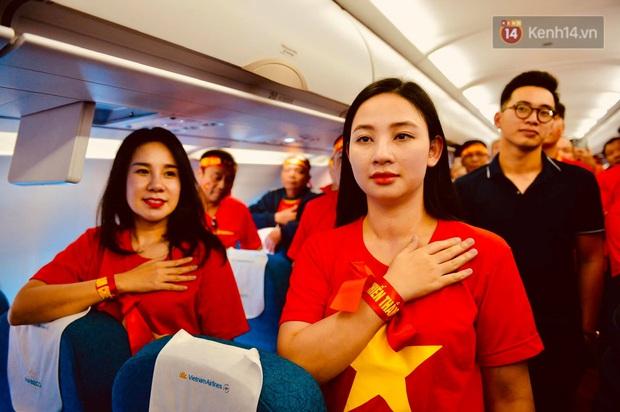 200 CĐV hát vang Quốc ca trên chuyến bay tới Philippines, một lòng hướng về U22 Việt Nam trong trận chung kết SEA games lịch sử - Ảnh 2.
