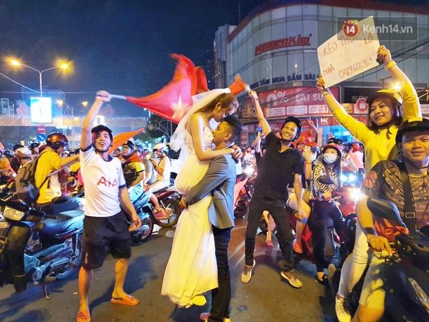 Cặp đôi Cần Thơ vừa đi bão vừa chụp ảnh cưới trong đêm ăn mừng U22 Việt Nam giành HCV SEA Games 30 - Ảnh 2.