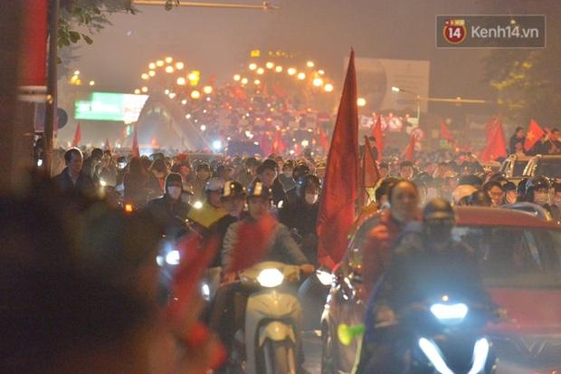 Sóng đỏ cuồn cuộn trên đường phố Hà Nội, lại một đêm người dân không ngủ mừng chiến thắng lịch sử của bóng đá Việt Nam - Ảnh 2.