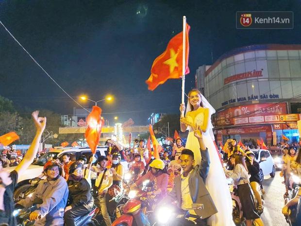 Cặp đôi Cần Thơ vừa đi bão vừa chụp ảnh cưới trong đêm ăn mừng U22 Việt Nam giành HCV SEA Games 30 - Ảnh 4.