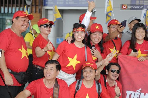 Hàng trăm CĐV nhuộm đỏ sân bay, lên đường sang Philippines tiếp lửa cho ĐT Việt Nam trong trận chung kết SEA Games 30 - Ảnh 17.